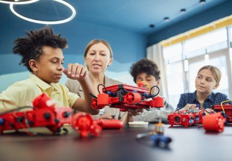 teacher helping students with robot how do elementary students learn problem-solving